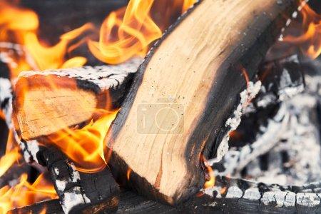Foto de Enfoque selectivo de la leña con llamas de fuego en la parrilla - Imagen libre de derechos