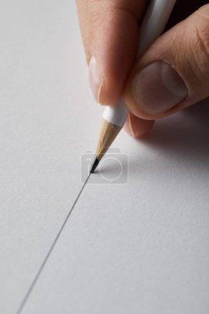 Photo pour Crochet vue de l'homme dessinant la ligne sur papier avec crayon - image libre de droit