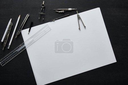 Photo pour Vue du dessus du papier, smartphone, crayon, stylo, règle et boussoles - image libre de droit