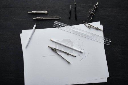 Photo pour Vue du dessus du papier avec espace de copie, crayon, stylo, règle et boussoles - image libre de droit