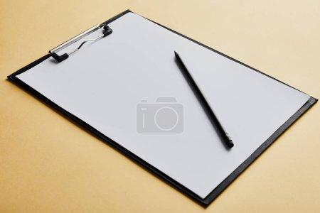 Photo pour Presse-papiers avec espace de copie et crayon sur fond jaune - image libre de droit