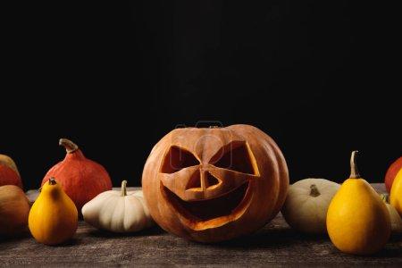 Photo pour Citrouilles d'Halloween sur table rustique en bois isolé sur noir - image libre de droit