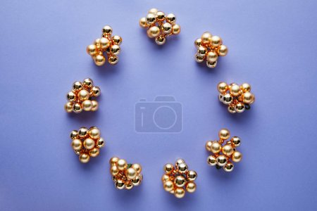 Foto de Round frame of shiny golden Christmas decoration on blue background with copy space - Imagen libre de derechos