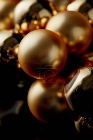 Foto de Close up view of shiny golden Christmas balls - Imagen libre de derechos