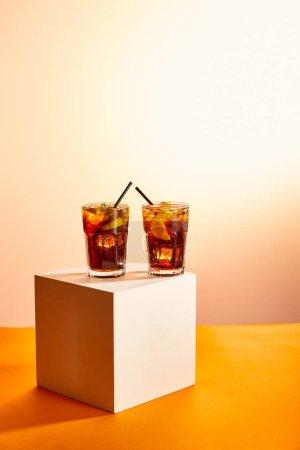 cocktails cuba libre dans des verres avec des pailles sur cube