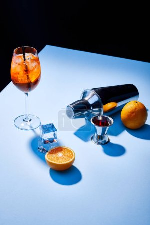 Photo pour Aperol Spritz, oranges, shaker, glaçons et tasse à mesurer - image libre de droit