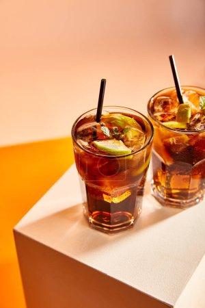 vue grand angle des cocktails cuba libre dans des verres avec des pailles sur cube