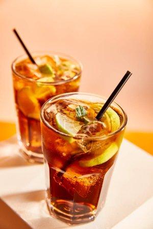 foyer sélectif de cocktails cuba libre dans des verres avec des pailles sur cube