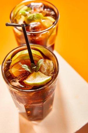 foyer sélectif de cocktail cuba libre en verre avec paille sur cube
