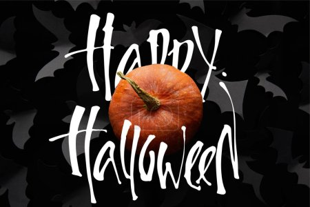Photo pour Vue du dessus des chauves-souris en citrouille et papier sur fond noir avec heureuse illustration d'Halloween, décoration d'Halloween - image libre de droit