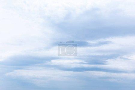 Photo pour Ciel avec nuages blancs en été - image libre de droit