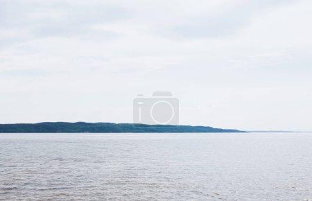 Photo pour Mer tranquille et bleue contre ciel avec nuages - image libre de droit