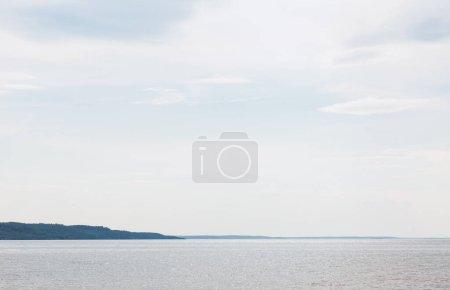 Foto de Tranquilo mar azul contra el cielo con nubes - Imagen libre de derechos