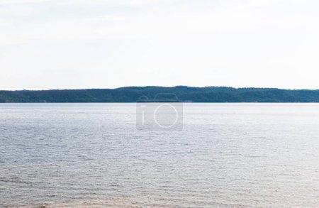 Photo pour Soleil sur un lac tranquille contre le ciel avec des nuages - image libre de droit