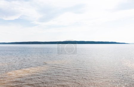 Photo pour Soleil sur étang tranquille contre ciel avec nuages - image libre de droit