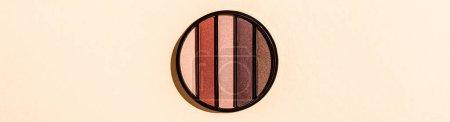 Photo pour Image horizontale de la palette ombre à paupières isolée sur rose - image libre de droit