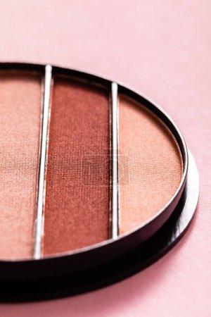Photo pour Gros plan de la palette de fards à paupières pastel colorés sur rose - image libre de droit