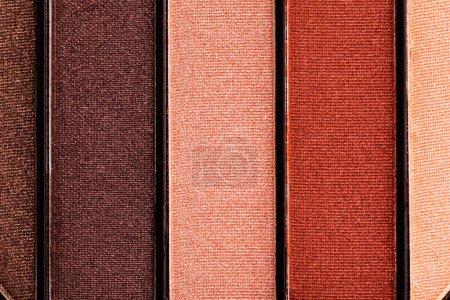 Nahaufnahme von farbenfrohen und pastellfarbenen Lidschatten