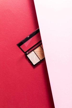 Photo pour Vue du dessus de la palette des ombres à paupières pastel sur rose et pourpre - image libre de droit