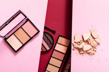 Photo pour Vue de dessus du fard à paupières pastel et des palettes blush près de la poudre craquelée sur le visage rose et cramoisi - image libre de droit