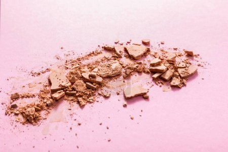 Photo pour Poudre visage beige et fissurée sur rose - image libre de droit