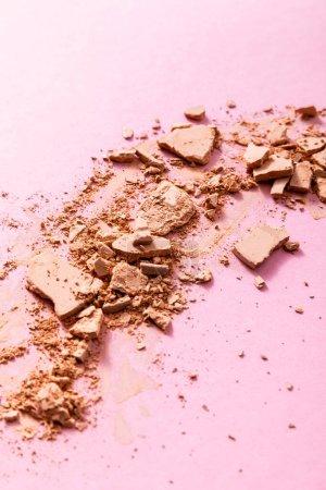 Photo pour Poudre visage beige et broyée sur rose - image libre de droit