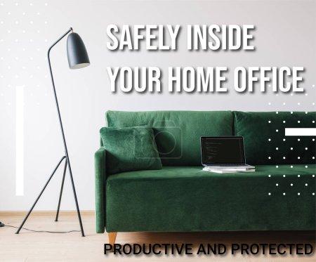 Photo pour KYIV, UKRAINE - 14 AVRIL 2020 : canapé vert et ordinateur portable avec javascript sur l'écran près du lampadaire et en toute sécurité à l'intérieur de votre bureau à domicile, lettrage productif et protégé - image libre de droit