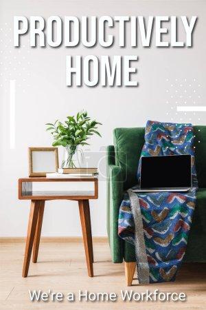 Photo pour Canapé vert, couverture et ordinateur portable avec écran blanc près de la table basse en bois avec plante verte, livres, cadre photo et maison productive, étaient un lettrage de la main-d'œuvre à domicile - image libre de droit