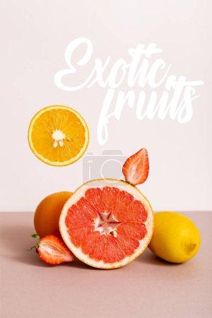 Photo pour Composition de fruits avec agrumes et fraises à proximité de fruits exotiques lettrage sur beige - image libre de droit
