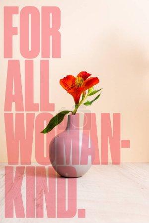 Photo pour Alstroemeria dans un vase proche pour tous les lettrage genre femme sur beige - image libre de droit