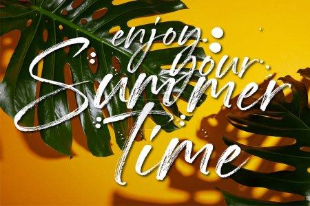 Photo pour Vue de dessus des feuilles vertes tropicales sur fond jaune avec votre illustration estivale - image libre de droit