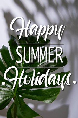 Photo pour Feuille verte tropicale fraîche sur fond blanc avec illustration joyeuse vacances d'été - image libre de droit