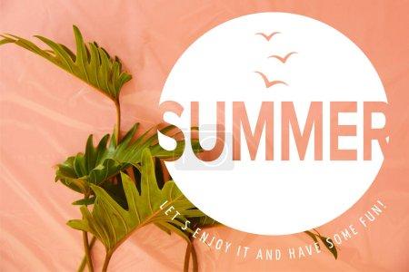 Draufsicht auf frische tropische grüne Blätter auf orangefarbenem Kunststoffhintergrund mit Sommer-Illustration