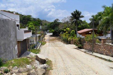 Photo pour Vue sur le paysage jungle de la route rurale petit village d'El Eden de Puerto Vallarta au Mexique où le prédateur du film avec Arnold Schwarzenegger a été principalement tourné - image libre de droit