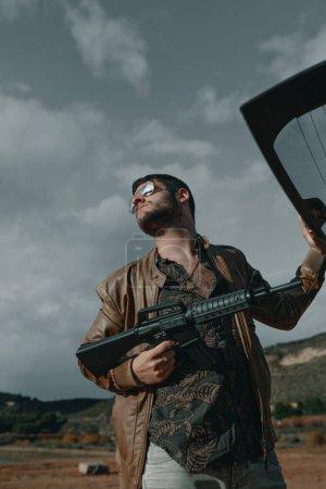 Foto de Hombre con una pistola. Hombre con rifle de asalto. Hombre con la ametralladora. - Imagen libre de derechos