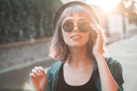 Photo pour Portrait de la femme à la mode avec chapeau et lunettes de soleil - image libre de droit