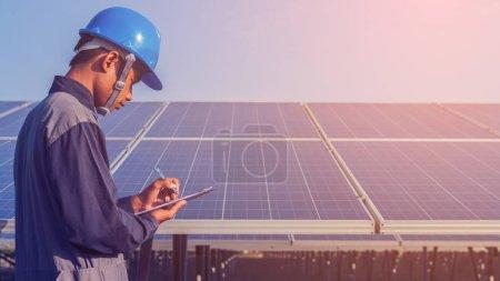Photo pour Ingénieur travaillant sur la structure de contrôle et d'entretien et panneau solaire et trouver problème pour fonctionner à l'énergie verte plan d'énergie solaire - image libre de droit