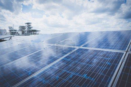 Photo pour Centrale solaire à l'innovation d'énergie verte pour la vie - image libre de droit