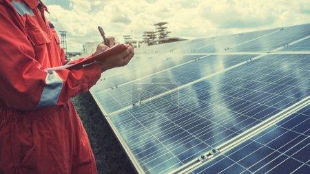Photo pour Exploitation et entretien de la centrale solaire ; équipe d'ingénieurs travaillant sur le contrôle et l'entretien de la centrale solaire, centrale solaire à l'innovation de l'énergie verte pour la vie - image libre de droit