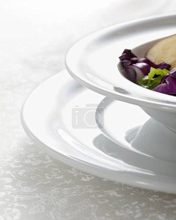 Gros plan de salade de légumes dans des assiettes blanches