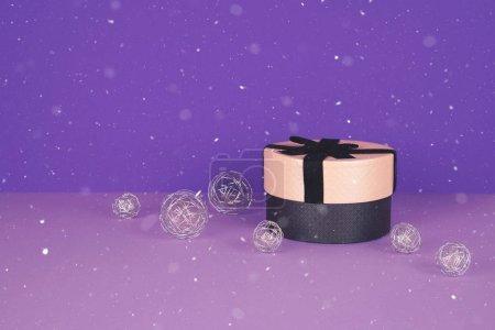Photo pour Coffret cadeau rose avec ruban sur fond ultraviolet avec espace de copie . - image libre de droit