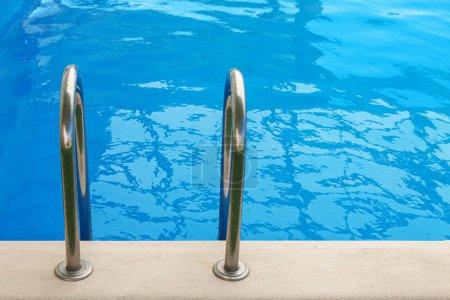 Photo pour Échelle pour descendre à la piscine - image libre de droit