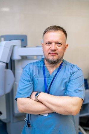 Photo pour Le docteur croise les mains. Des blouses bleues. équipement médical obotique fond. - image libre de droit