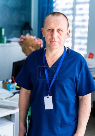 Photo pour Docteur au bureau. Portrait médical masculin. Concept médical. Photo verticale. - image libre de droit