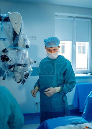 Photo pour Salle chirurgicale à l'hôpital avec équipement robotique, chirurgien du bras machine dans la salle d'opération futuriste. Innovation chirurgicale invasive minimale, chirurgie robotisée médicale avec endoscopie - image libre de droit