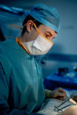 Photo pour Chirurgiens effectuant une opération chirurgicale dans une salle de chirurgie moderne lumineuse. Salle d'opération. Équipement moderne à la clinique. Salle d'urgence. - image libre de droit