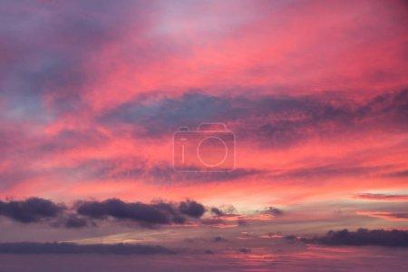Photo pour Abstrait fond orange-gris du ciel couchant avec des nuages de vent - image libre de droit