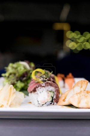 Photo pour Aliments frais généraux japonais sushi. Les rouleaux de Maki PADN avec thon, saumon, crevettes, crabe et d'avocat. Vue de dessus des sushis assortis, tout ce que vous pouvez manger menu. Rouleau de sushi arc-en-ciel et uramaki, hosomaki, nigiri. - image libre de droit