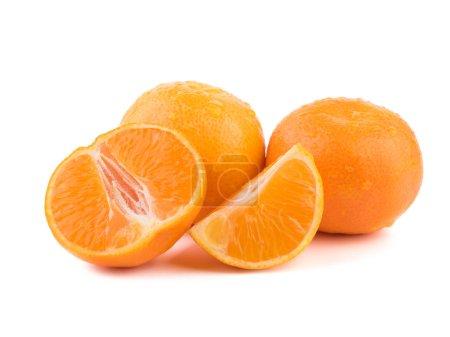 Photo pour Collection agrume isolée. Mandarines entières ou fruits orange mandarine et pelées segments isolés sur fond blanc. Mandarines, mandarine, Clémentine avec feuilles isolé sur fond blanc. Vue de dessus - image libre de droit