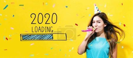 Photo pour Chargement de la nouvelle année 2020 avec une jeune femme avec le thème de la fête sur un fond jaune - image libre de droit